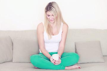 Junge Frau mit Kafffeetasse