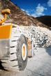 bulldozer a lavoro in cava di marmo