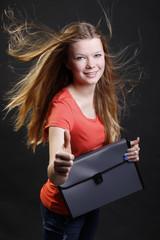 Weiblicher Teenager hält Bewerbungsmappe mit Daumen nach oben