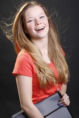 Weiblicher Teenager mit Bewerbungsmappe