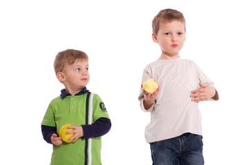 zwei Brüder beim Apfel essen