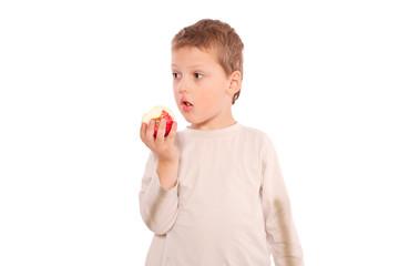 Junge beißt in den Apfel