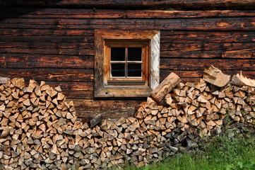 Fenster einer Almhütte