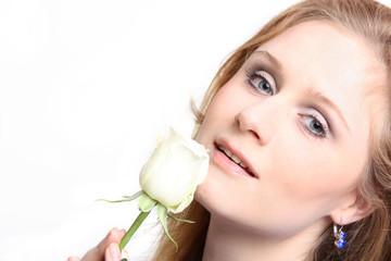 Frau mit weißer Rose