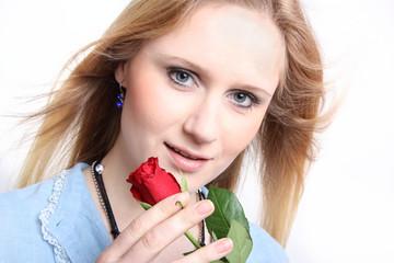 Junge Frau mit Rose