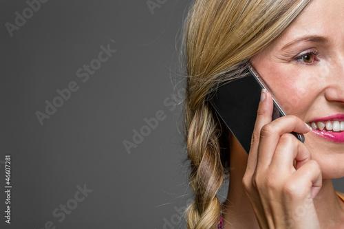 Nahaufnahme des Gesichts einer hübschen Frau beim Telefonieren