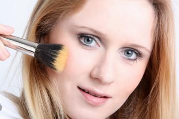 Gesicht mit Make up Pinsel