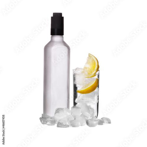 butelka-ajerowki-i-wina-szklo-z-cytryna-i-lodem-odizolowywajacymi
