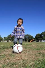 サッカーボールを蹴る幼児