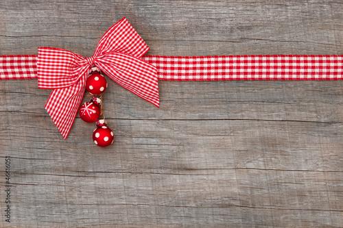Weihnachtlicher Hintergrund mit roter Schleife