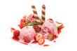 Teller mit Erdbeeren, Erdbeereis und Dekoration