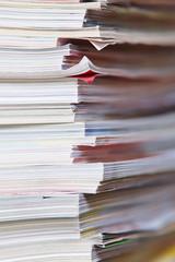 Papierstapel mit alten Zeitschriften