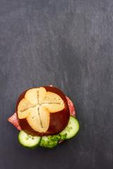 Salamibrötchen auf Schiefertafel