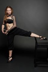 Женщина, практикующая упражнения йоги и фитнес.