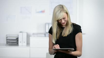 geschäftsfrau arbeitet mit tablet-pc