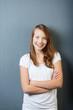 lächelnder teenager mit verschränkten armen