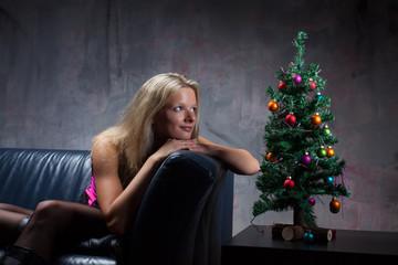 Junge Frau in einer Corsage mit Weihnachtsbaum