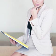Gutaussehende Geschäftsfrau