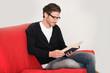 Junger Mann beim Lesen