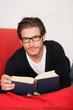 Junger Mann liest ein Buch