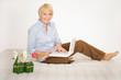 Freundliche ältere Dame mit Laptop