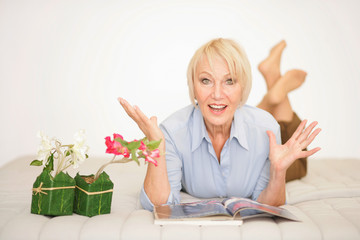 Ältere Dame voller Lebensfreude