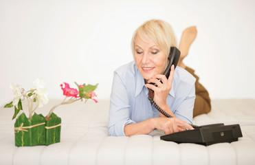 Ältere Dame beim Telefonieren