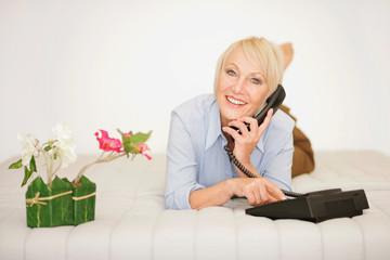 Dame beim Telefonieren