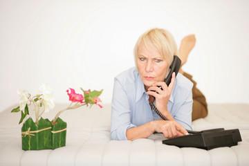 Verärgerte Frau beim Telefonieren