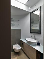 dettaglio di un bagno moderno nel sottotetto