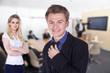 Geschäftsfrau und Geschäftsmann im Büro