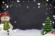 Kreidetafel mit Weihnachtsdekoration und Schnee
