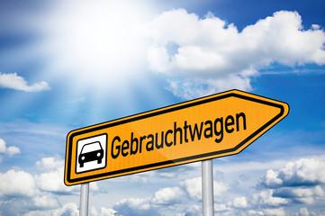Schild mit Gebrauchtwagen und Sonne