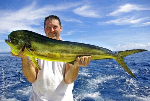 Pêcheur tenant une magnifique dorade coryphène - 46646467