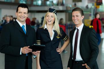 Lachende Flughafenangestellte