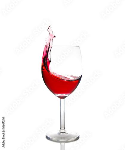 Rotwein schwappt aus Weinglas