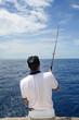 Scène de pêche. Pêcheur en mer en action