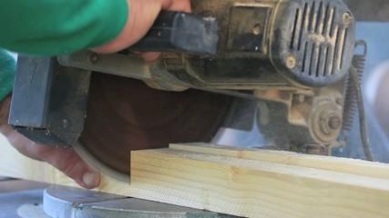 Saw_cutting wood