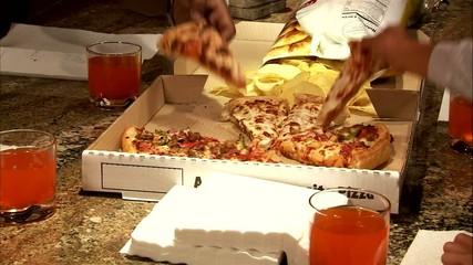 семья кушает пиццу