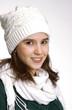Joven mujer vestida de invierno y otoño.