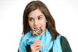 Joven muchacha comiendo una chupeta de chocolate.