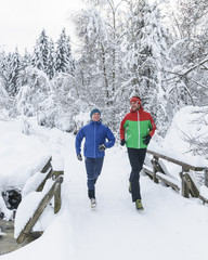 gutgelaunte Jogger im Schnee