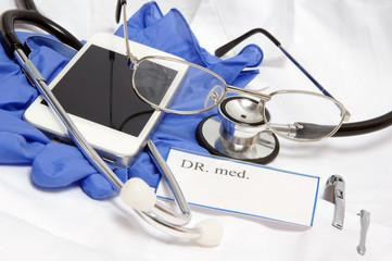 Arztkittel und Smartphone