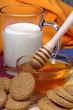Colazione a base con biscotti ai  cereali,latte e miele