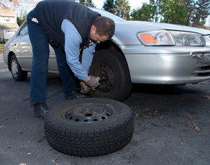 Car mechanic changing a car wheels - Autoreparatur