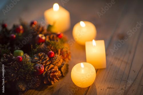 キャンドルとクリスマスリース - 46681439