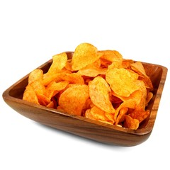 Kartoffelchips in Holzschale
