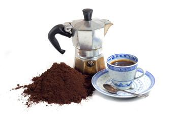 caffè macinato con caffettiera