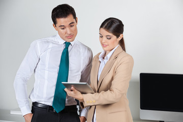 Sekretärin plant Termine mit Tablet PC