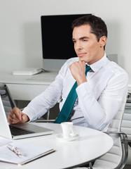 Manager mit Laptop am Schreibtisch